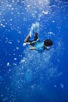 小笠原の海でシュノーケリングする男の子