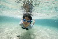小笠原のビーチで泳ぐ男の子 32282002651| 写真素材・ストックフォト・画像・イラスト素材|アマナイメージズ