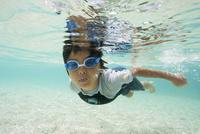 小笠原のビーチで泳ぐ男の子