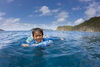 小笠原の海で浮き輪で泳ぐ男の子