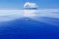 小笠原の夏の雲と青い海