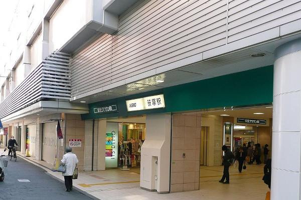 1200px-Sasazuka-Sta-N