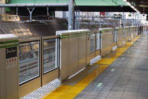 640px-Meguro_station_Platform_screen_doors
