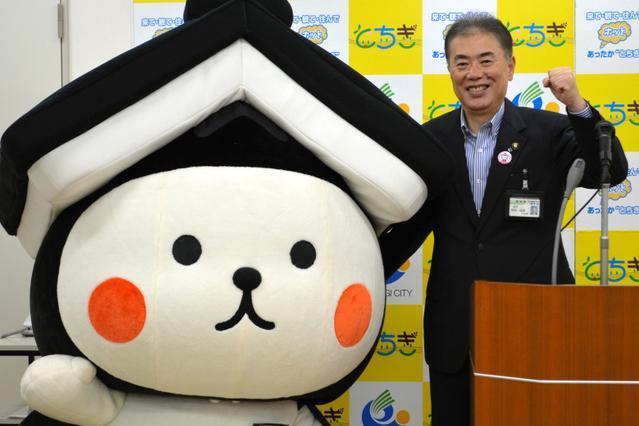 出馬会見で、「頑張ろうな」と、とち介を励ます鈴木俊美市長=栃木市 出馬会見で、「頑張ろうな」と、