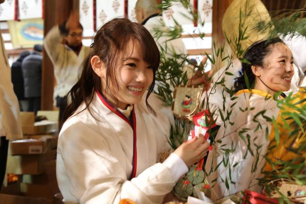 【美女】巫女の衣装はモンベル製? 「ゑびす娘」の袖にロゴマーク、理由は… 今宮戎神社とモンベルに聞きました 写真94枚©2ch.net YouTube動画>1本 ->画像>54枚