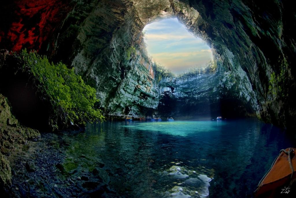 天からの光射し込むまるで宝石のような地底湖「メッサリーニ洞窟」