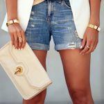クール&フェミニンなスタイルで決める!レザー素材のクラッチバッグのサムネイル画像