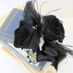結婚式やパーティーなどに黒いコサージュを着けてみるとエレガント!のサムネイル画像