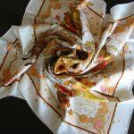 スカーフで首元を華やかに!定番8パターンのスカーフの巻き方のサムネイル画像