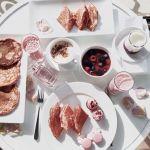 写真映え確信!ウベ使用の魔法の《紫パンケーキ》でヘルシーランチ♡のサムネイル画像