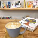 ひとり時間で自分磨きを。1人行動にオススメ《ブックカフェ》特集のサムネイル画像