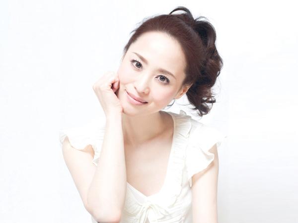 頬を手に置いて首をかしげて微笑む松田聖子