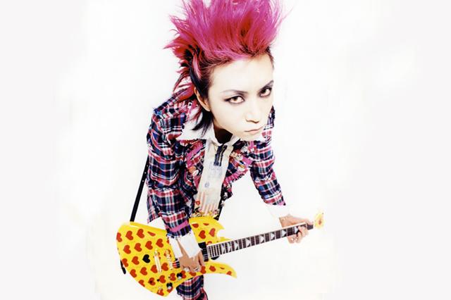 黄色のハート柄のギターを持つ目力のあるhide