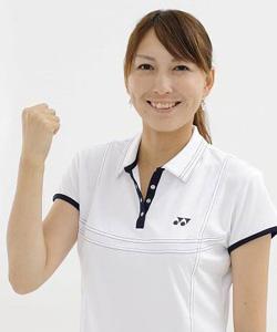 白いポロシャツを着て笑顔でガッツをする小椋久美子