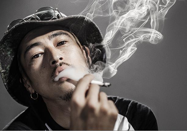 煙草を吸う窪塚洋介