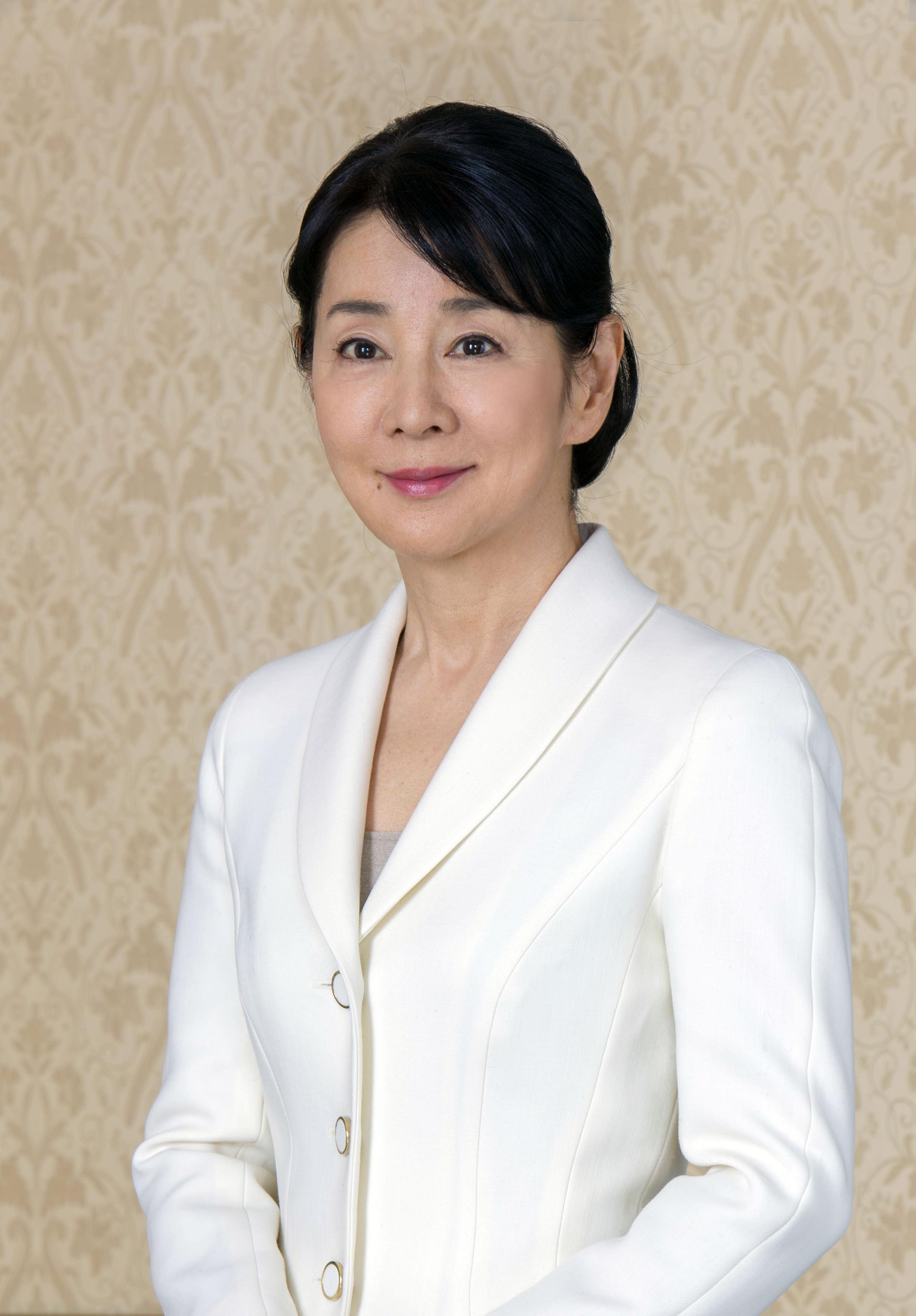 ジャケットできちんとした服装の吉永小百合。