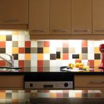 タイルを使って料理が楽しくなる清潔かつ明るいキッチンに!のサムネイル画像