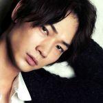 モデル出身俳優綾野剛の魅力を十二分に引き立てる私服コレクションのサムネイル画像