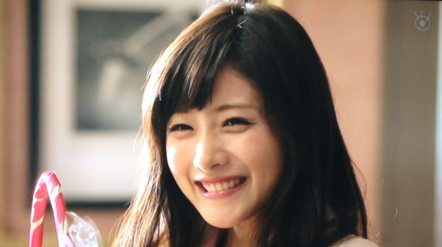 目を細めて嬉しそうな笑顔を見せる石原さとみ