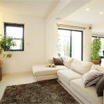 リラックスできる空間に!リビングに置きたい家具をご紹介!のサムネイル画像
