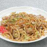 時短レシピの定番料理☆ササッと作れる焼きうどんのレシピ紹介☆のサムネイル画像