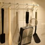 狭いキッチンでも大丈夫!フックを使って賢く収納アイデア術のサムネイル画像