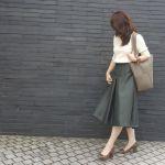 季節を問わずに使える!カーキ色スカートでおしゃれな大人コーデに!のサムネイル画像