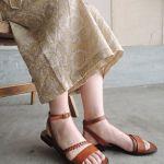 革サンダルで女性らしいキレイで上品、クールな足元の印象に!のサムネイル画像