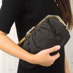 黒のクラッチバッグを使ったコーデがおしゃれ!小物で可愛く!のサムネイル画像