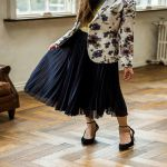 今季トレンド「プリーツスカート」ベーシックな黒でヘビロテ着こなしのサムネイル画像