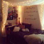 ベッドルームにはたくさんのクッションを素敵にレイアウト♡のサムネイル画像