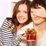 2人の愛がさらに深まる!彼氏へのサプライズなプレゼントの渡し方のサムネイル画像