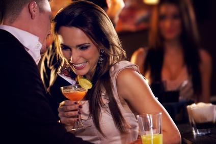"""「バーカウンターから始まる恋」もある!バーで男子が""""思わずグッとくる""""女性のパーツBEST3とは?"""