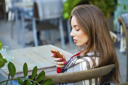 遠距離恋愛でLINEを5日間未読スルーされたら…。待つならベストは「○週間」まで!