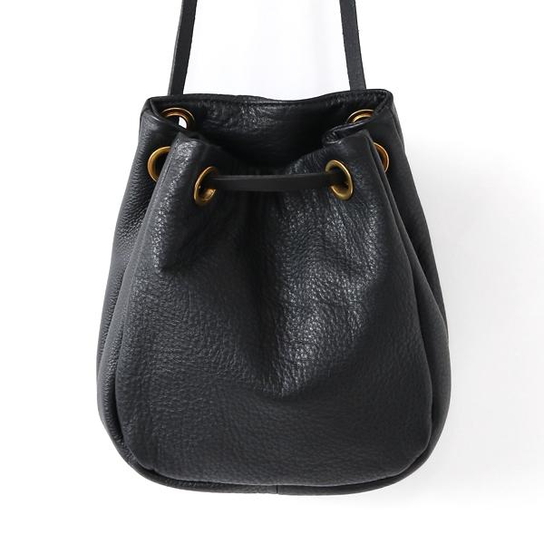 巾着型の小ぶりなバッグ