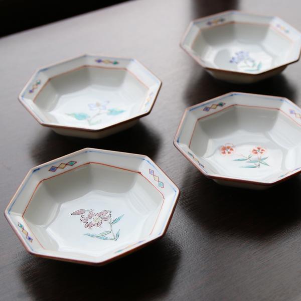 5枚それぞれに異なる花が描かれた小皿