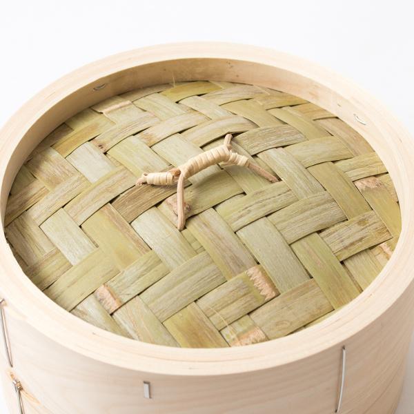 二層の竹網代編みが施された蓋は、余分な蒸気を程よく逃し、水滴が食材に落ちることを防ぎます
