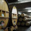 大型の木樽で、ワインを熟成している写真