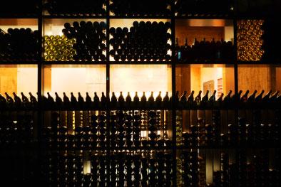 棚に並ぶワインボトル