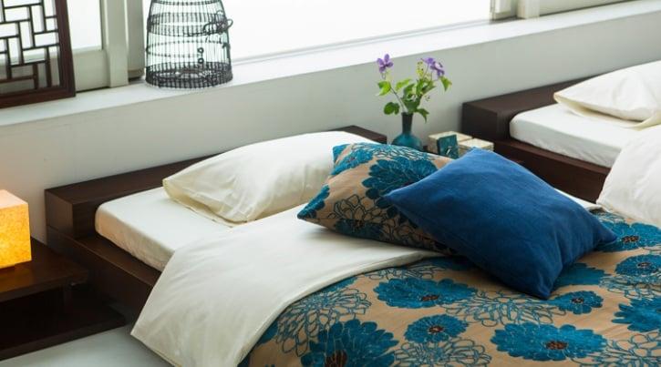 ベッド選びとインテリア装飾でつくるリゾート風ベッドルーム