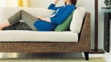 コンパクトソファの座り心地 ~様々な座り方で安定してくつろぐ~