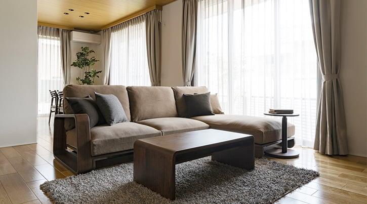 【インテリア実例】洗練されたダークブラウンでまとめた新築一戸建て、家具の選び方