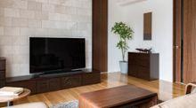 こだわりの壁面装飾と家具がポイント 壁までおしゃれなインテリア