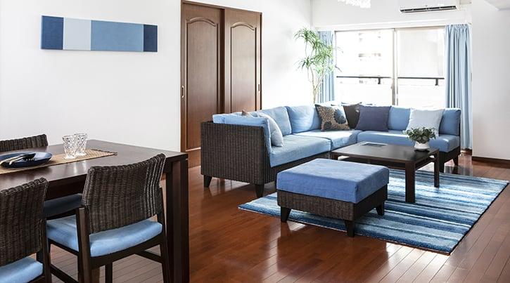 【インテリア実例】ブラウンの床を活かすダークブラウンのラタン家具と爽やかなブルーのインテリア