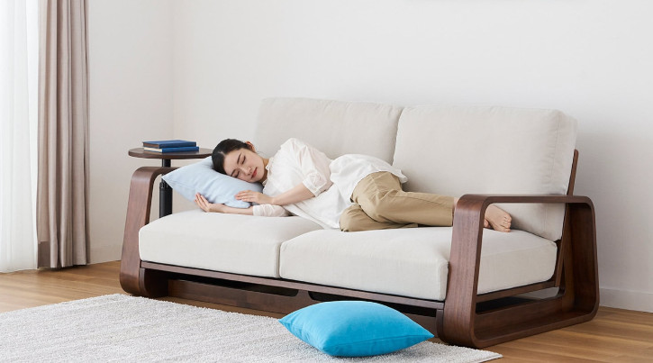「ソファで寝る」を快適にする考え方と最適なソファ選び