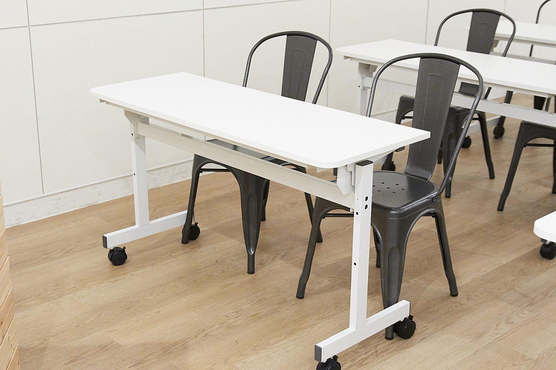 みんなの会議室 品川B | 2名掛けテーブル