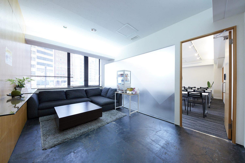 みんなの会議室 渋谷宮益坂2-1 | 入口手前の共有部(右側の入口がみんなの会議室2-1です)