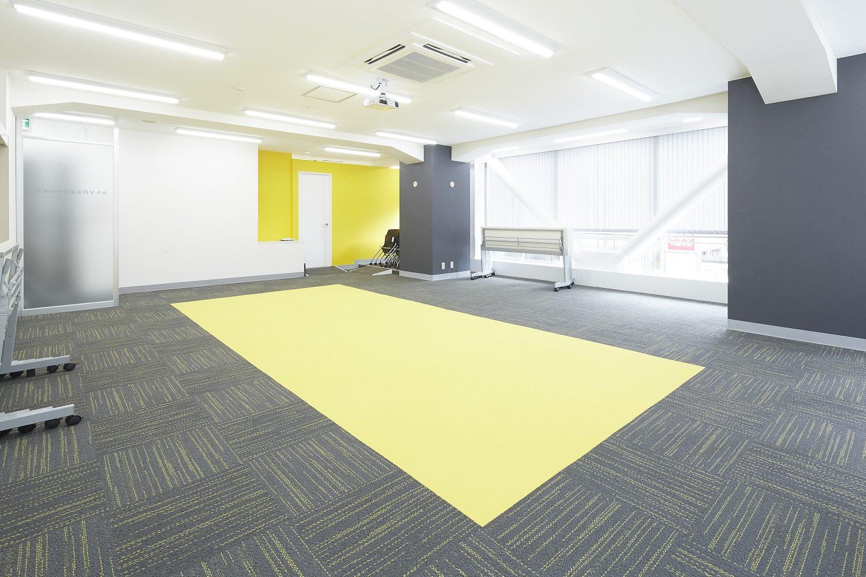 みんなの会議室 東京駅前3F | デスクは折り畳み可能|TIME SHARING|タイムシェアリング |スペースマネジメント|あどばる|adval