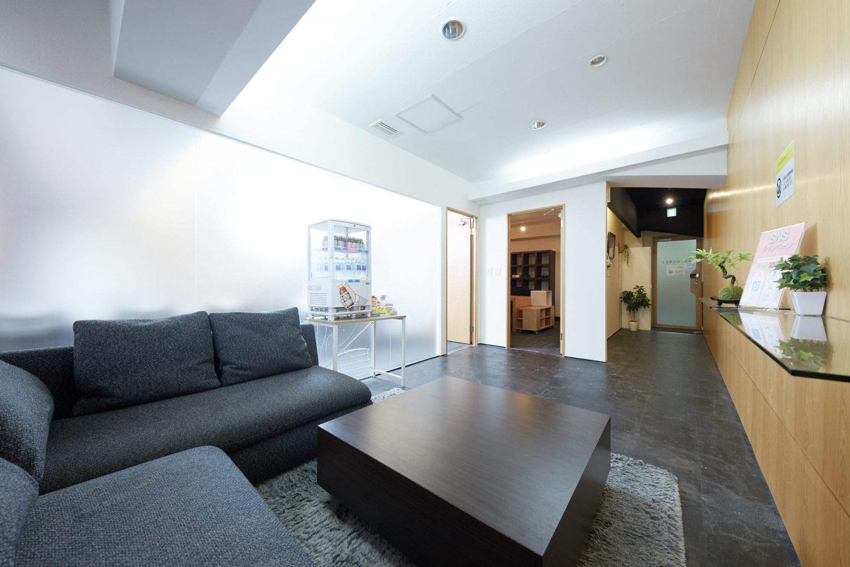 みんなの会議室 渋谷宮益坂2B | 入口前の共有部です(2-2の入り口は右側の扉です)|TIME SHARING|タイムシェアリング |スペースマネジメント|あどばる|adval