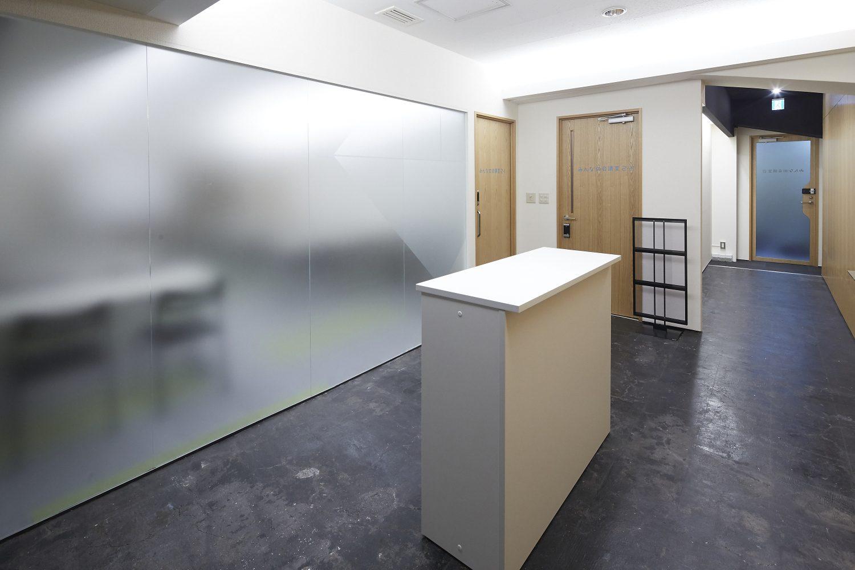 みんなの会議室 渋谷宮益坂2-1 | 入口手前の共有部(左の扉がみんなの会議室2-1です)
